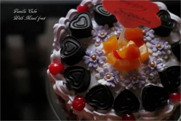 vanilla cake with mixed fruit
